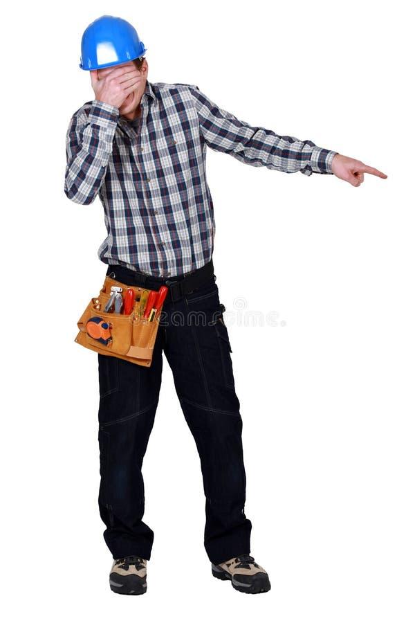Il muratore che copre il suo osserva fotografie stock