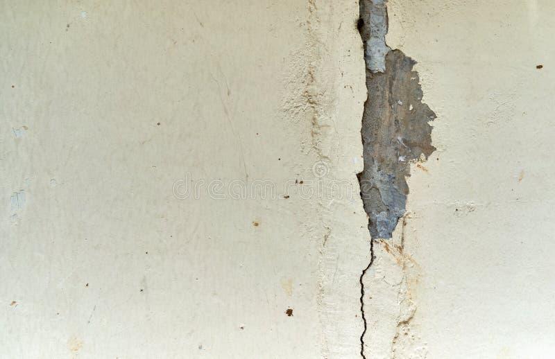 Il muro di cemento della crepa o il lerciume abbandonato ha fenduto la struttura della parete dello stucco immagine stock