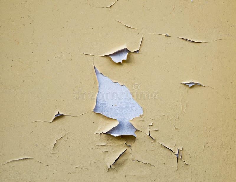 Il muro di cemento misero ha dipinto giallo fotografie stock libere da diritti