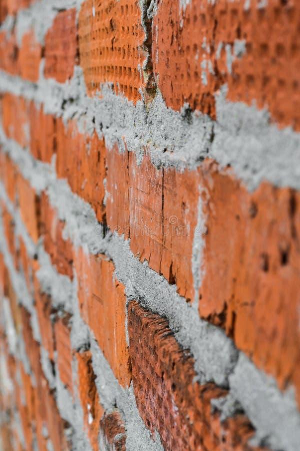 Il muro di mattoni rosso è composto di mattoni differenti nella struttura fotografie stock libere da diritti