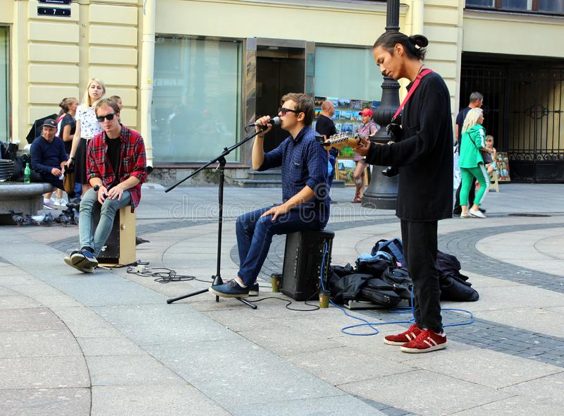 Il musicista della via canta e gioca sulla via fotografia stock libera da diritti