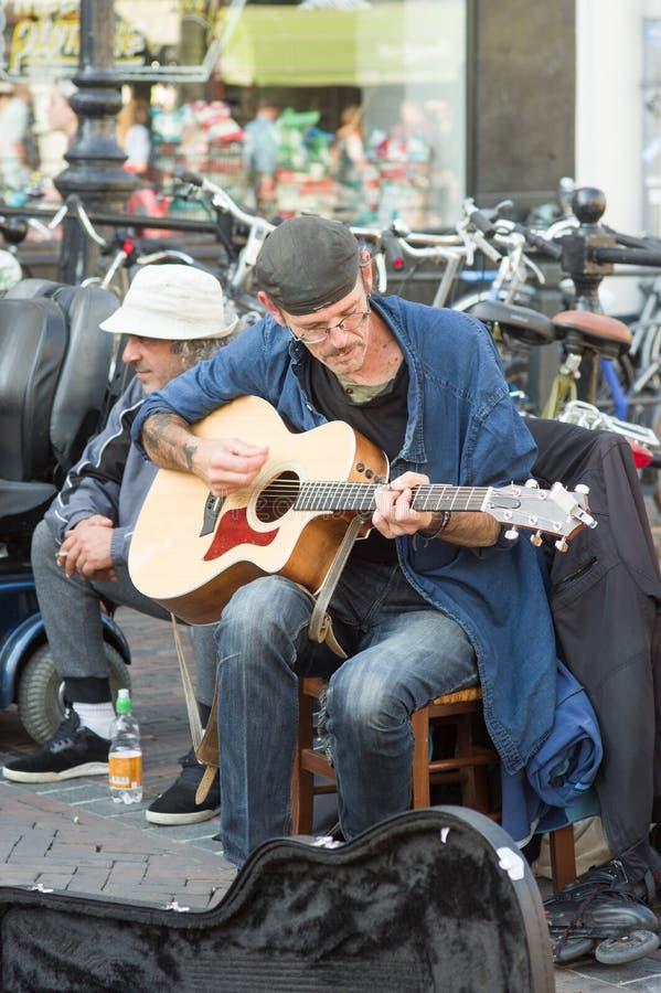 Il musicista della via gioca la chitarra fotografie stock libere da diritti