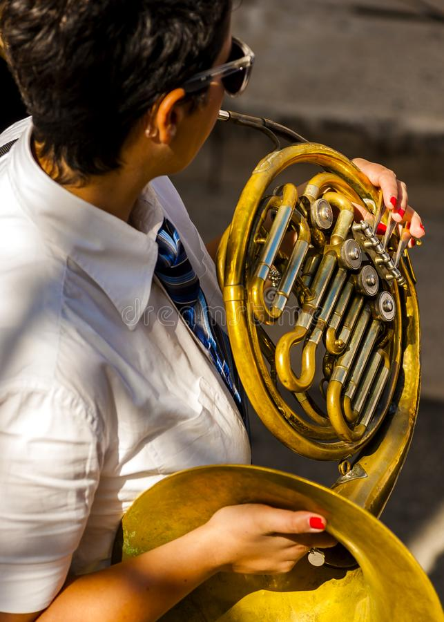 Il musicista gioca il corno dello strumento musicale degli strumenti a fiato fotografia stock