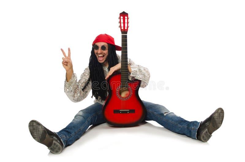 Il musicista maschio con la chitarra isolata su bianco immagine stock