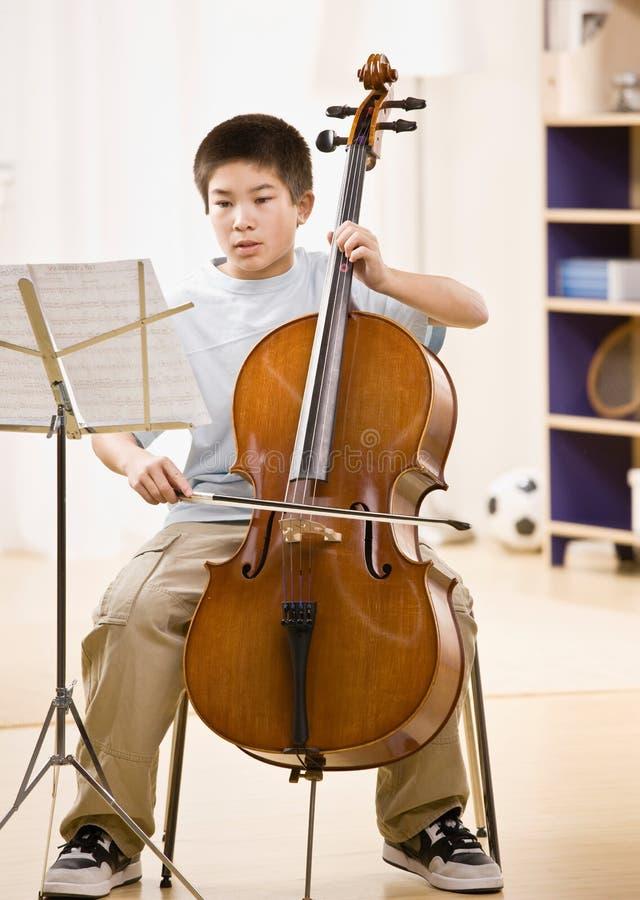 Il musicista si esercita in effettuare sul violoncello immagine stock libera da diritti