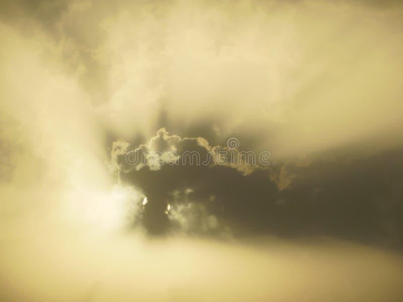 Il nascondino d'ardore del sole dietro le zolle un giorno soleggiato, sole che affronta alla foto di tempo del giorno di mattina  fotografia stock