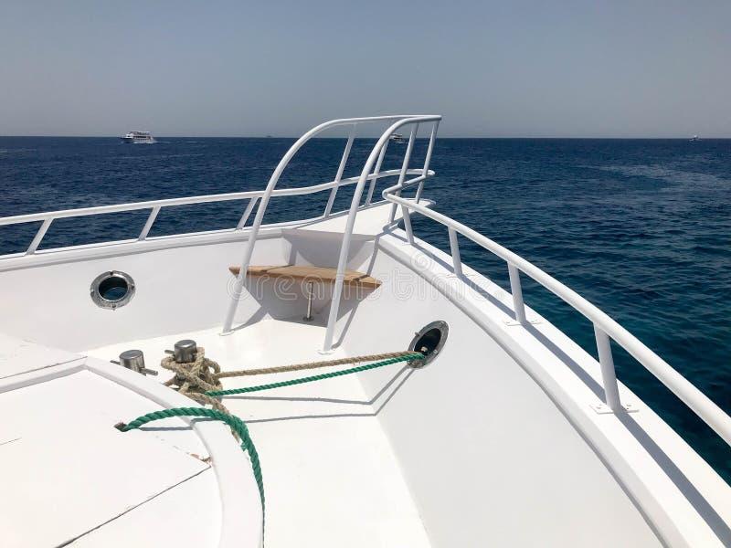 Il naso della nave, la prua della nave di galleggiamento, la fodera di crociera, l'yacht, la barca sui precedenti del mare blu de fotografie stock libere da diritti