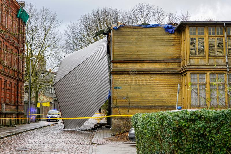 Il nastro giallo della polizia circonda questa costruzione che segue una tempesta violenta che ha sollevato e rimosso un tetto de immagine stock libera da diritti