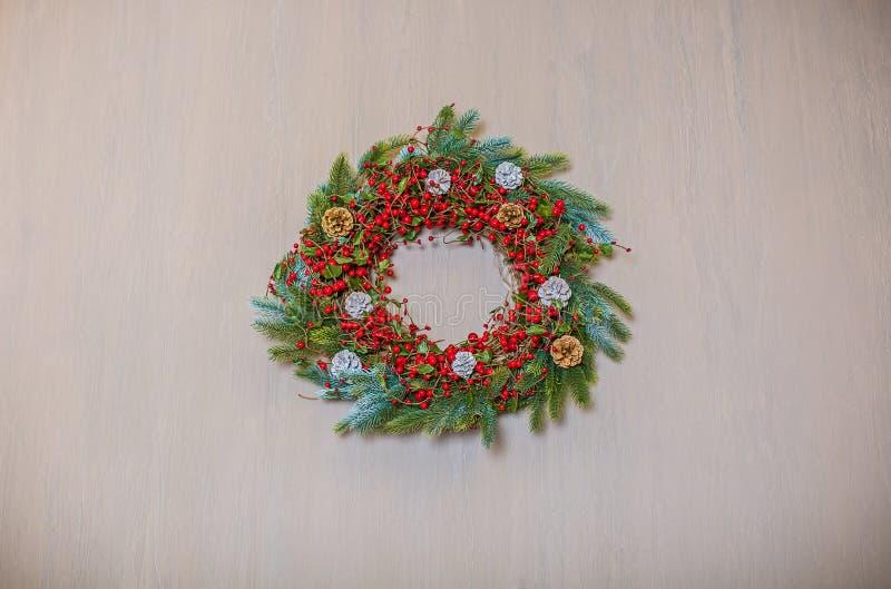 Il Natale avvolge fatto a mano su un fondo di legno fotografia stock libera da diritti
