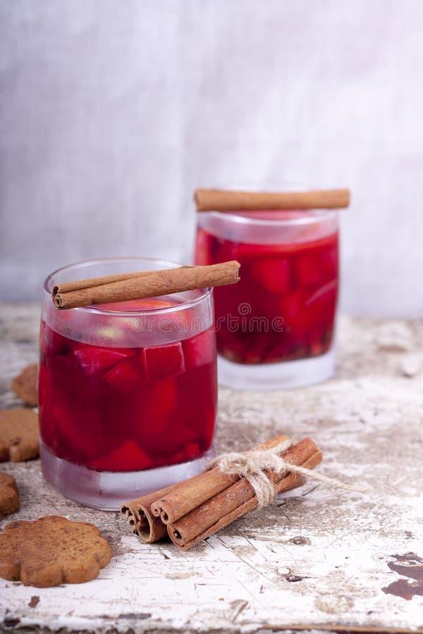 Il Natale beve con il limone su fondo di legno con i biscotti fotografia stock