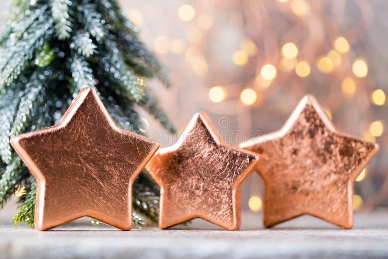 Il Natale bronza la decorazione Bronzo delle decorazioni di festa su bokeh immagini stock libere da diritti