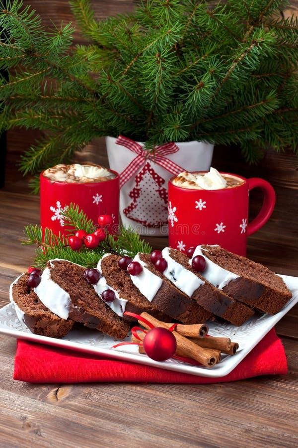 Il Natale casalingo tradizionale del cioccolato agglutina fotografie stock