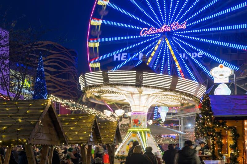 Il Natale commercializza con il carosello e i ferris spingono dentro Duisburg, GE fotografie stock