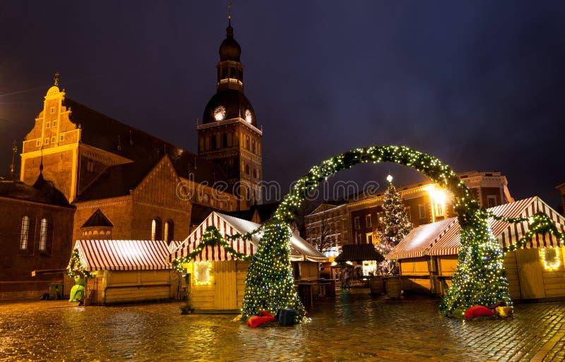 Il Natale commercializza nel quadrato della cupola di Riga fotografie stock libere da diritti