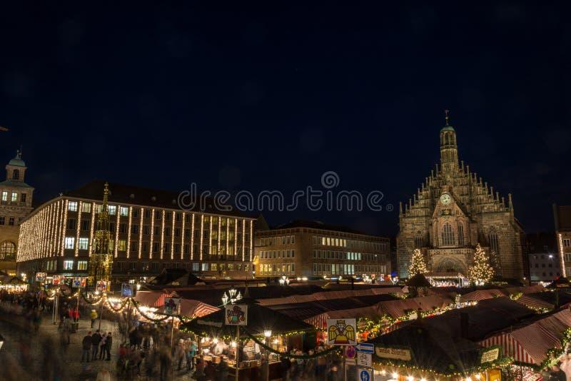 Il Natale commercializza a Norimberga alla notte immagini stock libere da diritti
