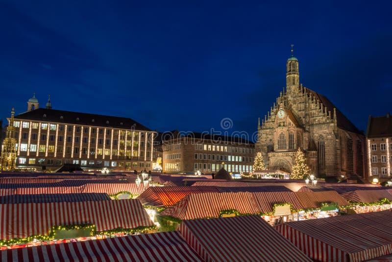 Il Natale commercializza a Norimberga durante l'ora blu fotografia stock libera da diritti
