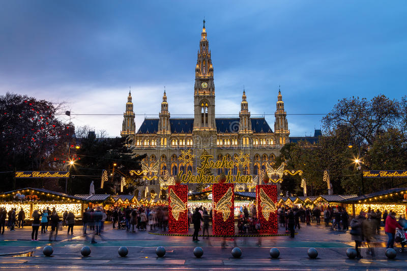 Il Natale commercializza a Rathaus (comune di Vienna) immagine stock