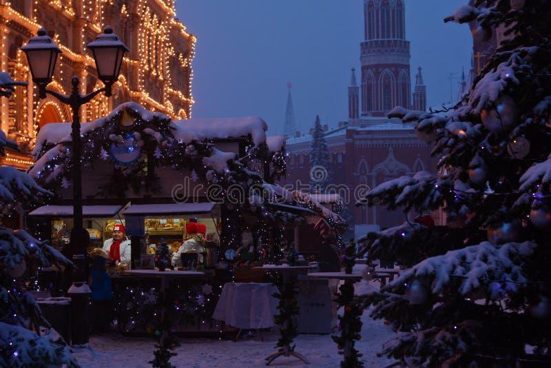 Il Natale commercializza sotto la neve fotografia stock