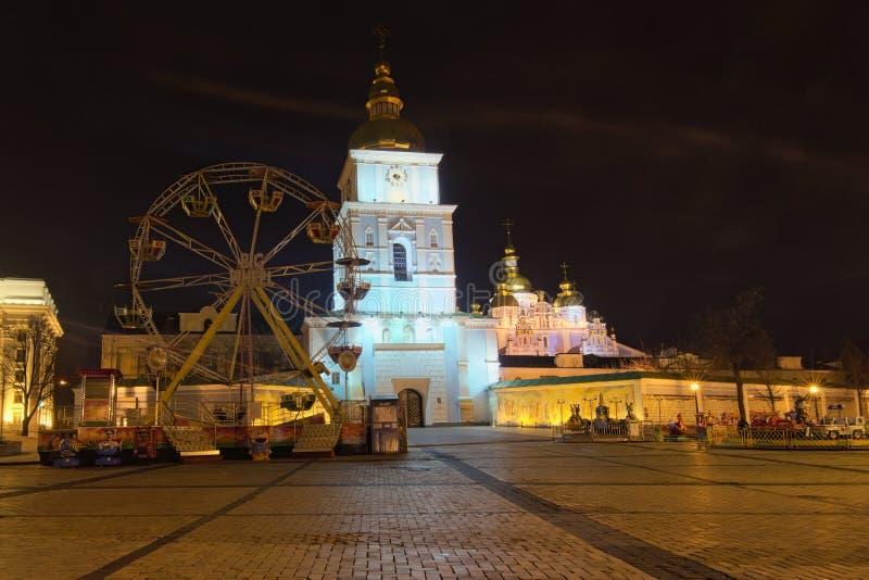 Il Natale commercializza sul quadrato del ` s di St Michael in Kyiv, Ucraina Area per spettacolo del ` s dei bambini Carosello co fotografia stock libera da diritti