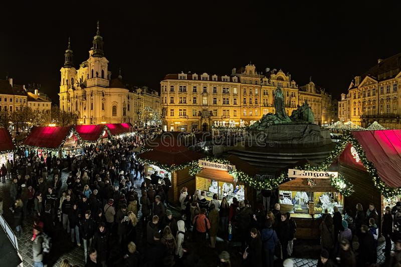 Il Natale commercializza sul quadrato di Città Vecchia a Praga, repubblica Ceca fotografia stock libera da diritti