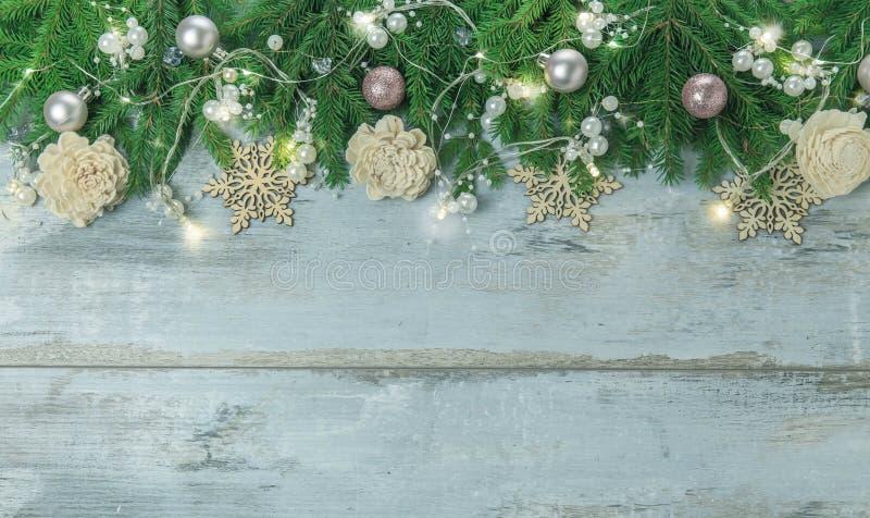 Il Natale confina con gli alberi, palle, stelle ed altri ornamenti, su bianco Colpo dello studio fotografia stock libera da diritti