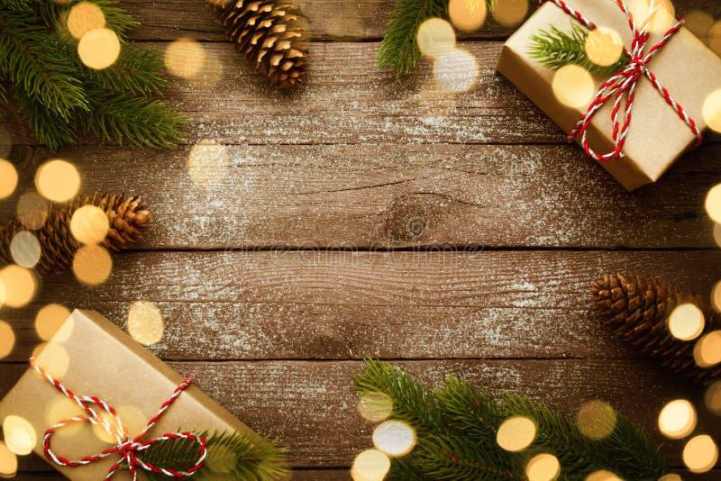 Il Natale confina con i regali d'annata e la decorazione su vecchio fondo di legno immagini stock libere da diritti