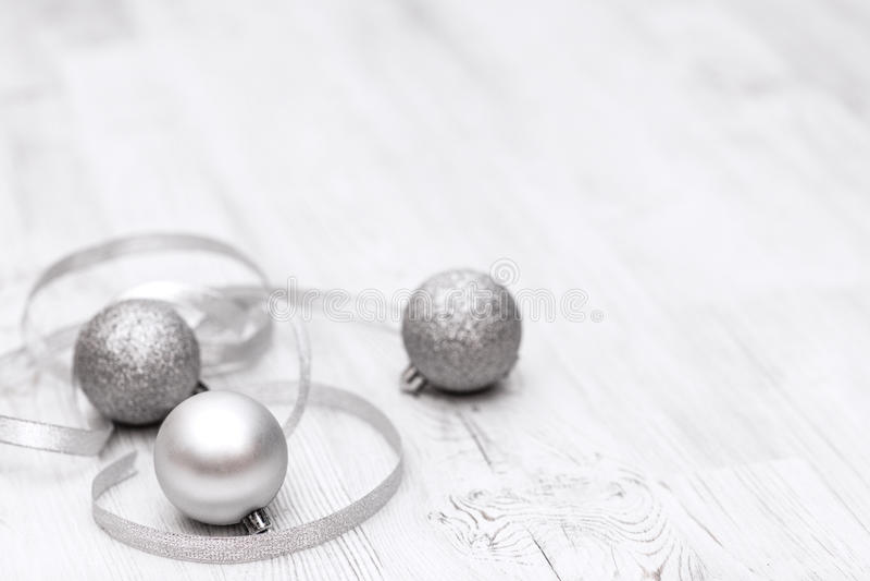 Il Natale confina con le decorazioni tradizionali e le palle d'argento fotografia stock libera da diritti