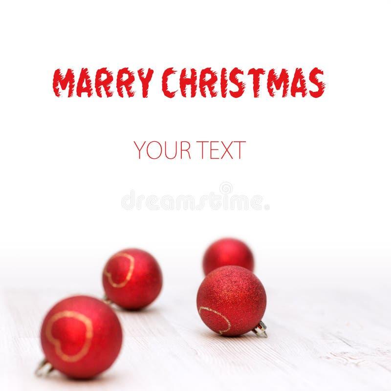 Il Natale confina con le decorazioni tradizionali e le palle rosse immagini stock libere da diritti