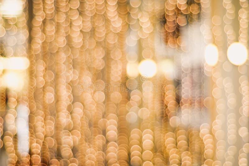 Il Natale confuso dorato incatena le luci che creano un bello bokeh fotografie stock libere da diritti