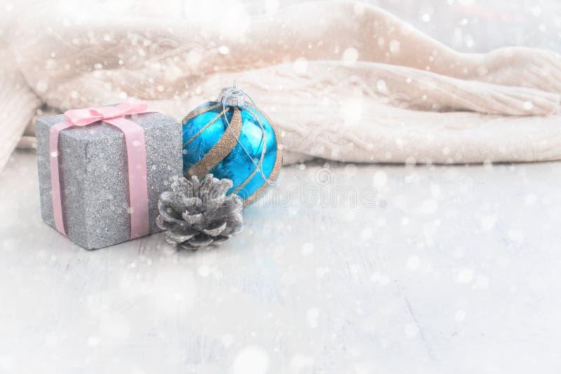 Il Natale decorativo della composizione gioca sui precedenti di coprire del tessuto immagine stock