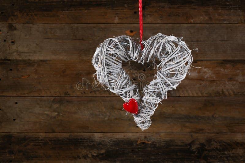 Il Natale decorato di forma del cuore avvolge il percalle bianco Ribbo dei ramoscelli fotografie stock libere da diritti