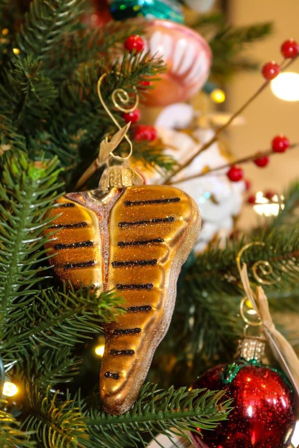 Il Natale della bistecca nella lombata orna l'attaccatura sull'albero di Natale di tema dell'alimento fotografie stock