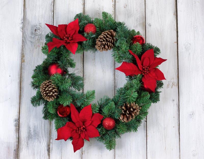 Il Natale della stella di Natale di festa si avvolge sul bordo di legno bianco rustico immagini stock libere da diritti