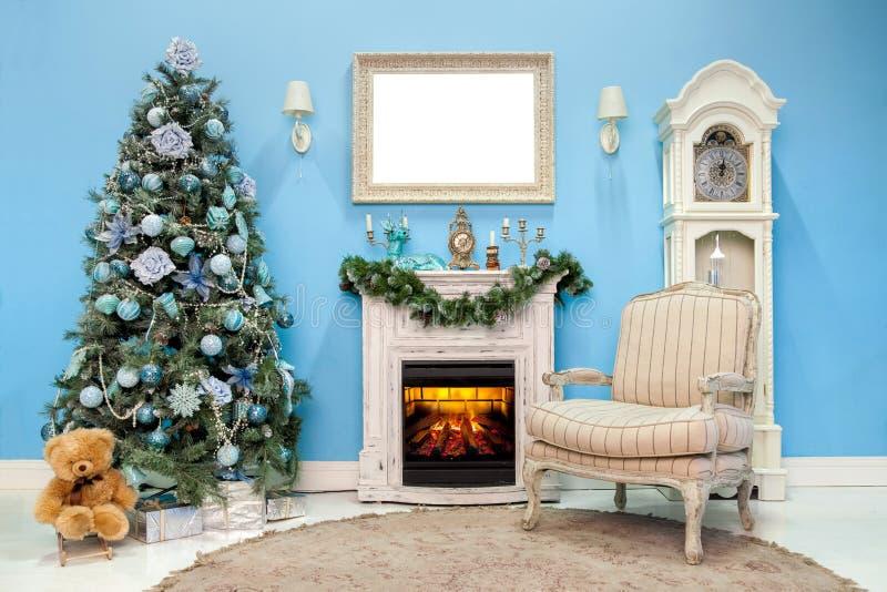 Il Natale ed il nuovo anno hanno decorato la stanza interna fotografia stock libera da diritti