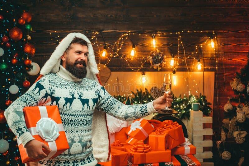 Il Natale equipaggia in cappello di Santa Il Babbo Natale moderno barbuto in maglione tricottato Concetto di natale del nuovo ann immagine stock