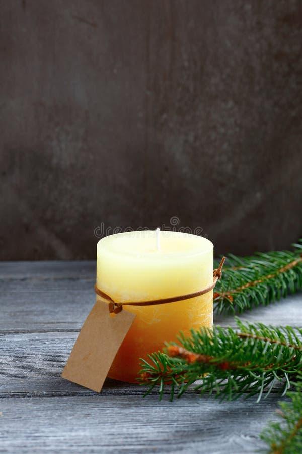 Il Natale esamina in controluce con il ramo del pino sui bordi fotografia stock libera da diritti