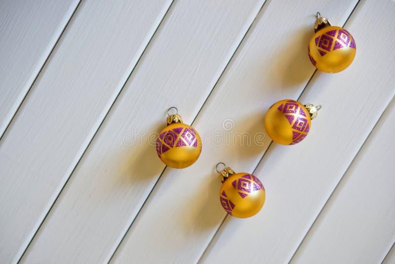 Il Natale gioca - le palle su uno sfondo naturale bianco immagini stock libere da diritti