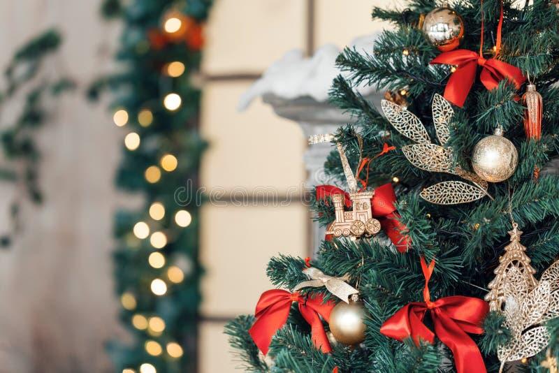 Il Natale gioca il treno e la ghirlanda sull'albero di abete immagine stock