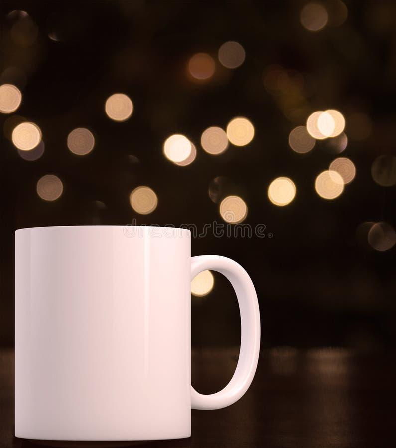 Il Natale ha disegnato la tazza del modello, tazza di caffè macchiato in bianco fotografia stock libera da diritti