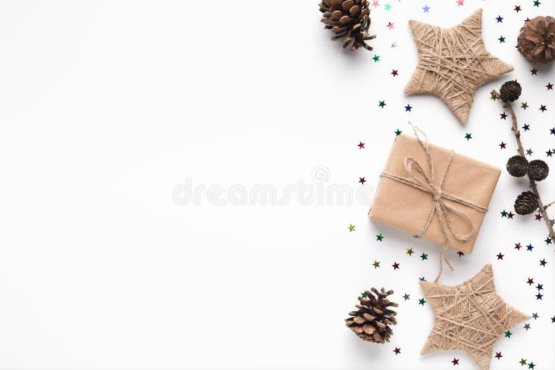 Il Natale handcraft i contenitori e le stelle di regalo su bianco immagini stock