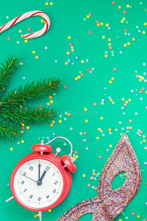 Il Natale modella la disposizione piana con la sveglia rossa immagini stock