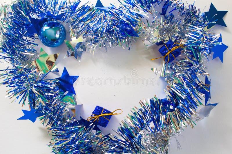 Il Natale orna in argento ed in blu su fondo bianco fotografia stock libera da diritti