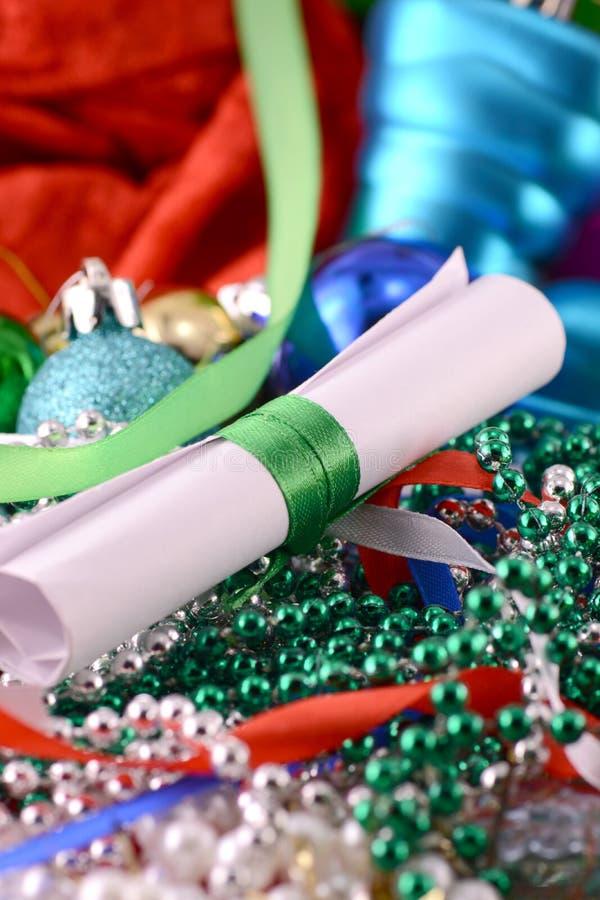 Il Natale orna con le perle ed il Libro Bianco, carta del nuovo anno fotografia stock