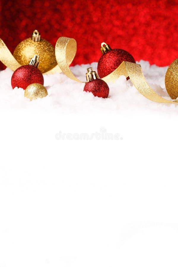 Il Natale orna in neve sul fondo di scintillio fotografia stock libera da diritti