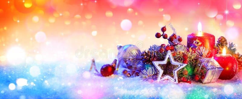 Il Natale orna su neve, fondo di Natale immagine stock