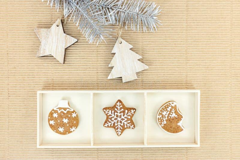 Il Natale pan di zenzero ed abete si ramifica con le decorazioni di legno immagini stock
