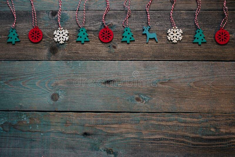 Il Natale, piano di legno scuro del nuovo anno pone con la decorazione di legno Composizione in vacanza invernale Copi lo spazio fotografia stock libera da diritti
