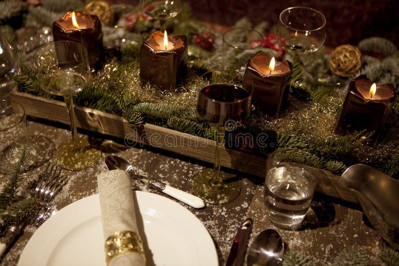 Il Natale posto presenta nel lume di candela immagini stock