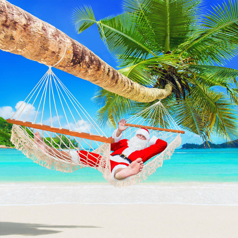 Il natale santa claus si rilassa in amaca dell 39 ombra della - Alla colorazione della spiaggia ...