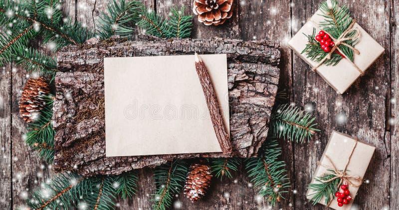 Il Natale segna su fondo di legno con i regali di Natale, struttura della corteccia, matita, rami dell'abete, pigne, decorazioni  fotografie stock libere da diritti